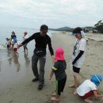 幼稚園児の海辺遊び